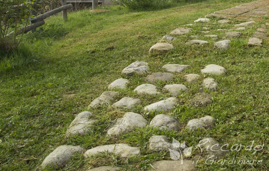 caminnamento giardino con pietre di fiume